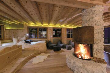 Kamin mit Feuer und Holzbetten