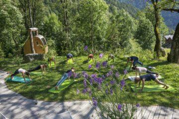 Yoga-Praktizierende auf Wiese