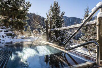 Spiegelnde Winterlandschaft im Pool