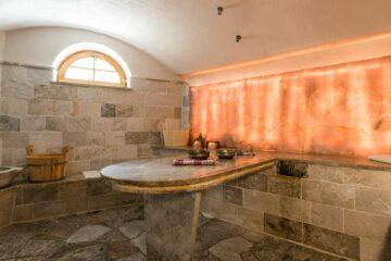Raum mit Salzlichtelement und Marmorfließen