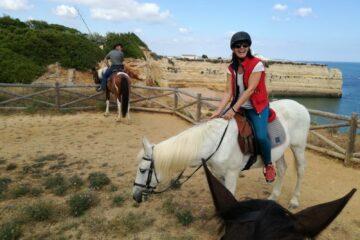 Frau auf weißem Pferd