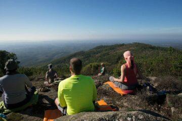 Gruppe meditiert auf dem Berg