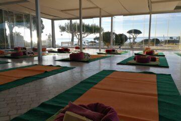 Raum mit Yogamattten und Kissen