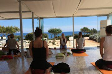 Yoga bei geöffnetem Fenster zum Strand