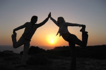 Yogapose als Schattenbild vor untergehender Sonne