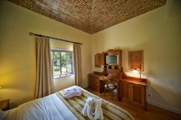 Zimmer mit Doppelbett und Kommode