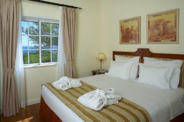 Doppelbett am Fenster