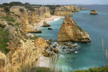 Steilküste und türkisblaues Meer