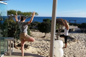Zwei Gäste in Yoga Pose