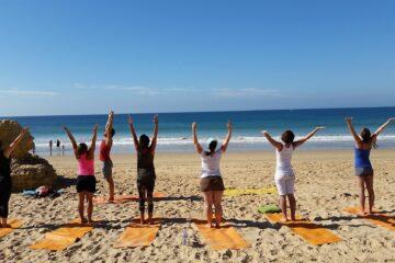 Yoga einer Gruppe direkt am Strand