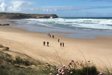 Gruppe wandert am Strand