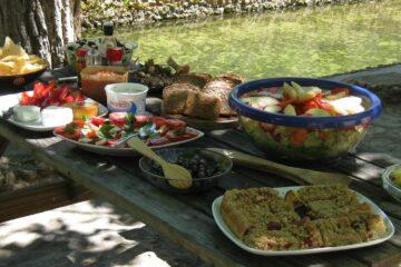 Tisch mit Tellern und Schüsseln