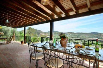 Terrasse mit Tisch und Messingstühlen