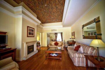 Raum mit Kamin und Sofagruppe