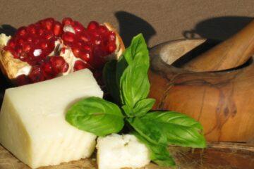 Granatapfelkerne, Basilikum und Käse