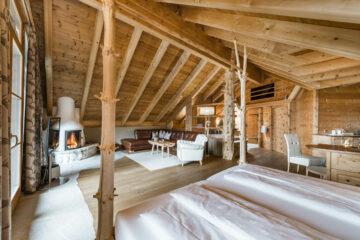 Raum aus Holz mit Bäumen als Pfeiler