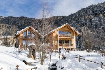 Holzhäuser in Winterlandschaft