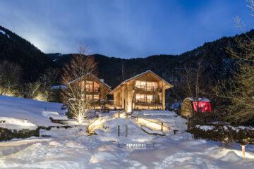 Beleuchtetes Hotel im Schnee