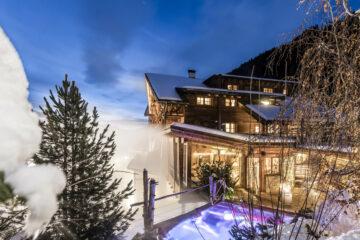 Beleuchtetes Hotel im Dampf des Außenbeckens