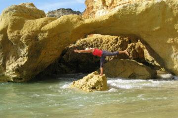 Stefanie Drebing auf Felsen im Meer