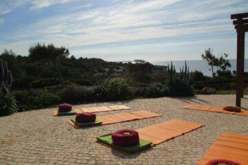 Yogamatten und Kissen auf Terrasse