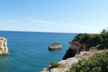 Felsen im blauen Meer