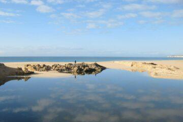 Weites blaues Meer und Sanddüne