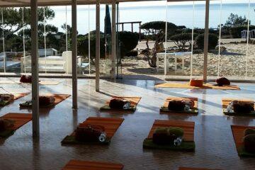 Yoga-Lounge mit Fensterfront
