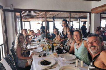 Gruppe beim Essen an Land