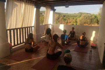 Yoga auf der Terrasse