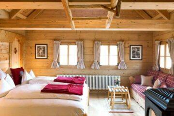 Schlafzimmer mit Bett und Couch