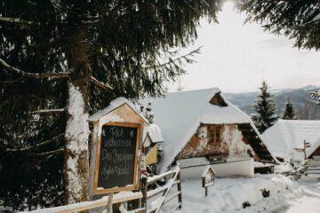 Herzlich Willkommen-Schild im Schnee