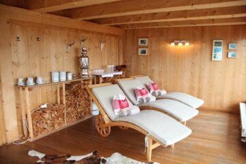 Liegen im Entspannungsraum aus Holz
