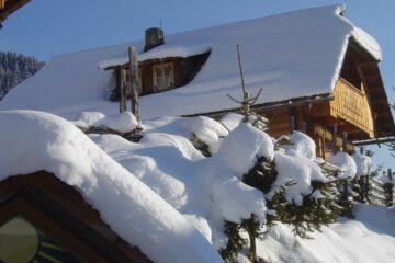 Almhaus mit dicker Schneehaube