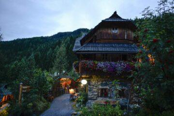 Gasthaus mit beranktem Balkon