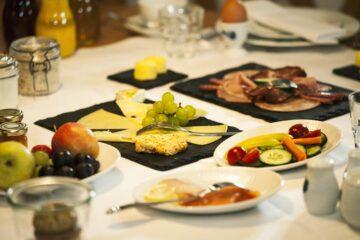 Schiefertafeln mit Käseplatte, Wurst und Obstteller