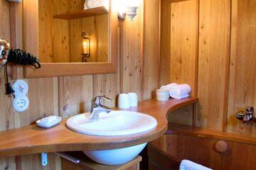 Bad mit Zuber und Waschschüssel