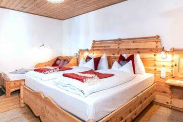 Doppelbett und Einzelbett an Wand