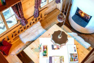 Stube von oben mit Tisch und Ofen