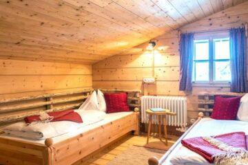 Zimmer mit zwei Einzelbetten an den Wänden