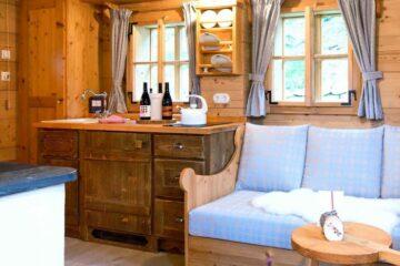 Erdgeschoss mit Sofa und Anrichte