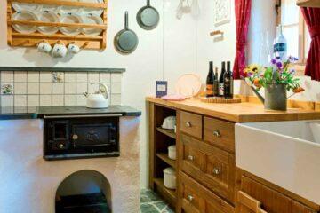 Stube mit altem Ofen und Buffet