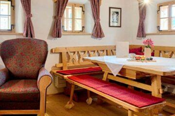 Wohnstube mit Eckbank, Tisch und Sessel