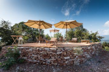 Terrasse auf Steinpodest mit Sonnenschirmen