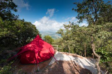 Pinkes Zelt mit Aussicht über das Tal