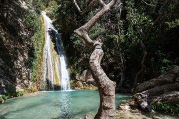 Wasserfall ergießt sich in kleine Lagune