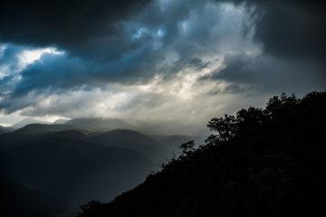 Nebel über grünen Hügeln
