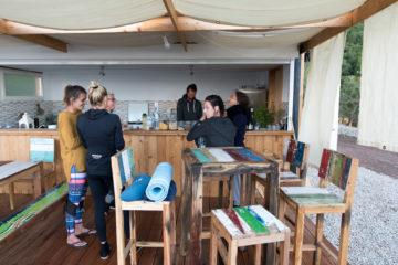 Gruppe steht an der Bar zusammen und unterhält sich