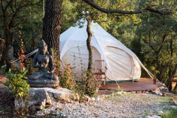 Weißes Zelt und sitzende Buddha-Figur