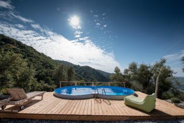 Pool und Wasser glitzert im Sonnenschein